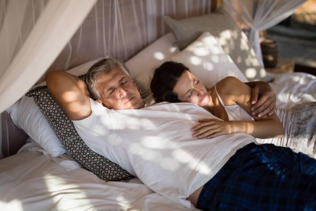 Мъж и жена спящи на удобен матрак