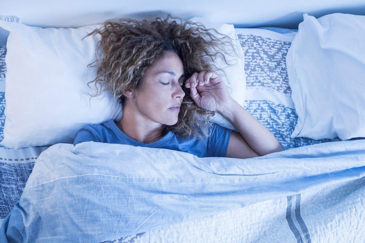жена спи на удобен матрак и отслабва