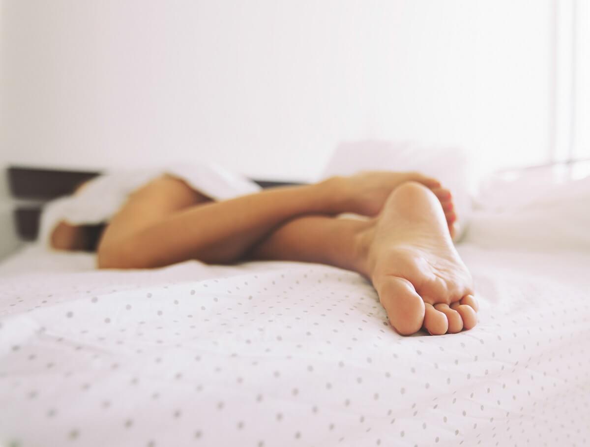 жена спи удобно на матрак