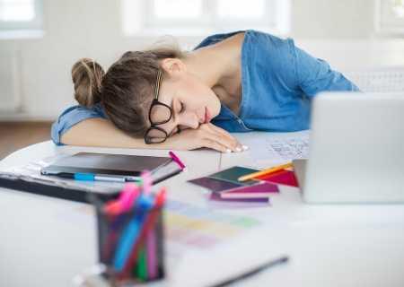 момиче е заспало на бюрото измрено