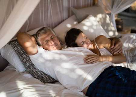 мъж и жена са легнали на комфортен матрак