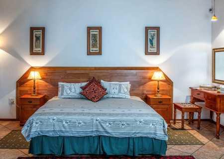 уютна стая с легло и сини завивки и латексов матрак