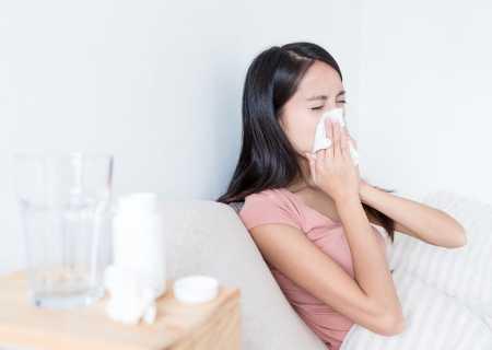 жена киха заради акари алергия