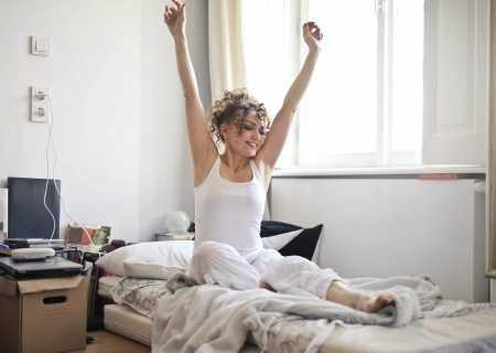 жена се събужда отпочинала на полиуретанов матрак