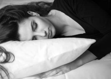 жена спи на легло